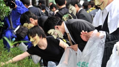 Anonymous Hackers Pick Up Litter in Protest
